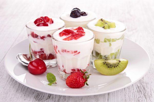 Sữa chua hoa quả giúp giảm đầy bụng, khó tiêu.