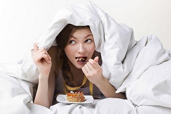 Dừng ăn ít nhất 2 tiếng trước khi đi ngủ là cách giảm trào ngược dạ dày khi ngủ rất hiệu quả
