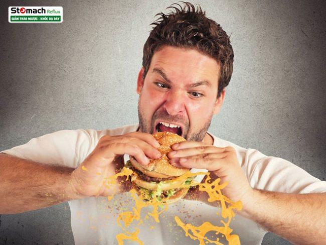 Ăn nhanh làm bạn nuốt nhiều không khí hơn, dễ gây ợ hơi.
