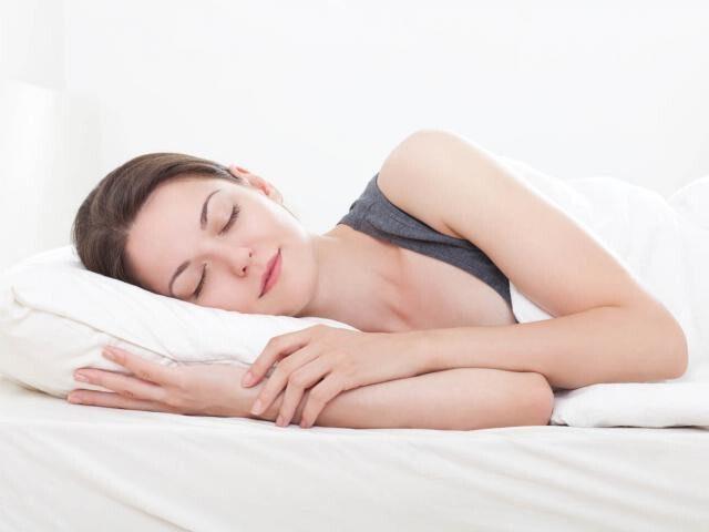 Nằm nghiêng bên trái giúp cải thiện triệu chứng trào ngược.