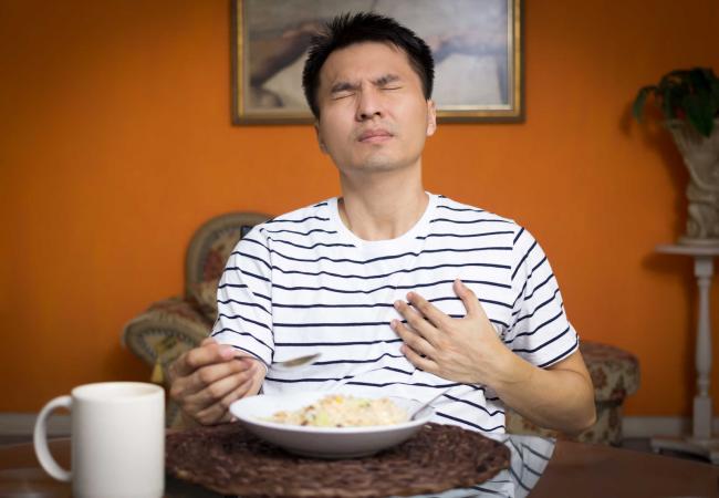 Rất nhiều người bị ợ hơi do trào ngược dạ dày.